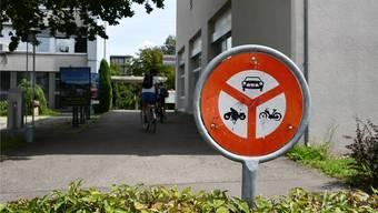 Zurzeit kommt es zu kritischen Situationen zwischen Fussgängern und Velofahrern. Das soll künftig besser sein. Bild: jam