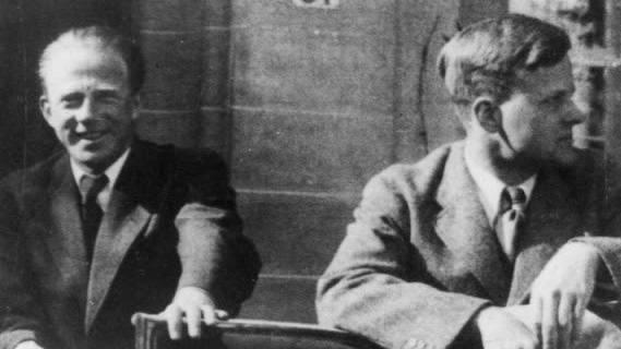 Werner Heisenberg und sein damaliger Assistent, Carl Friedrich von Weizsäcker im Jahr 1934.