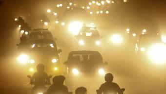 Bangladesh (Bild) ist eines der weltweit am stärksten von Luftverschmutzung betroffenen Länder. Im Schnitt kostet die Dreckluft die Menschen dort fünf bis zehn Jahre Lebenszeit. (Archivbild)