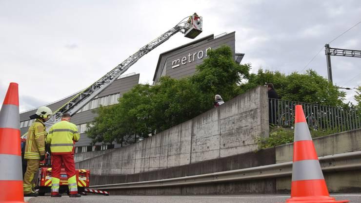 Mit der Autodrehleiter wird eine Person vom Metron-Gebäude gerettet