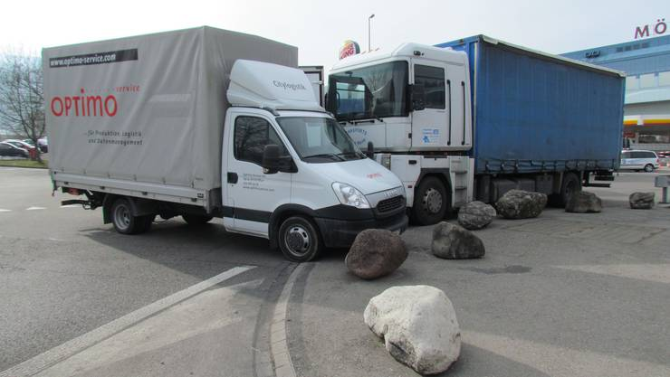 Würenlos/A1: Lastwagen gerät aus unbekannten Gründen ausser Kontrolle