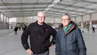 Otmar Hochuli (links) und Heinz Zaugg auf dem neuen Aussenfeld: «Das Schönste ist die Freude der Kinder.» Severin Bigler