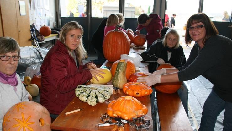 Viel los am Schnitznachmittag in Etzgen: Marie-Christine Vetter (rechts) und Sibylle Hausherr (zweite von links) vom OK-Team.
