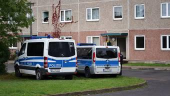 Am Dienstagvormittag führt die Polizei Razzien in gleich fünf Bundesländern durch. Das Bild stammt vom Einsatz in einem Wohnhaus in Jena.