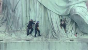 Nach einer Protestaktion gegen die umstrittene Einwanderungspolitik der USA ist die New Yorker Statue von der Polizei geräumt worden.