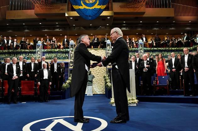Kazuo Ishiguro wird im Dezember 2017 der Literaturnobelpreis vom schwedischen König Carl Gustav überreicht. Im Komitee brodelte es schon damals wegen Vorwürfen von sexueller Belästigung, Bereicherung und Verschleierung.