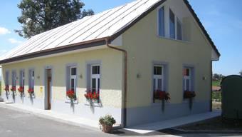 Plastikabdeckung statt Solaranlage auf dem alten Schulhaus im Weiler Rütihof ob Gränichen. Die Gemeinde sagt Ja zum Solarstrom, der Kanton lehnt seit Monaten kategorisch ab.