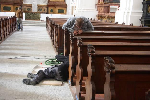 An den Kirchenbänken wird noch fleissig gearbeitet