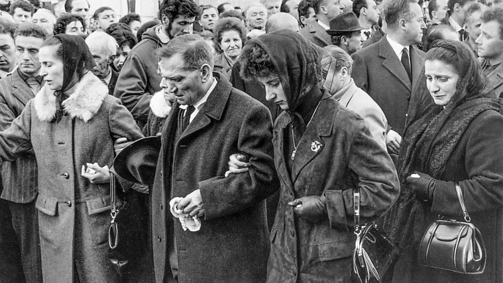 Angehörige der Todesopfer trauerten vor der Pfarrkirche in Airolo, wo die Trauerfeier am 18. Februar 1966 abgehalten wurde. (KEYSTONE/Str)