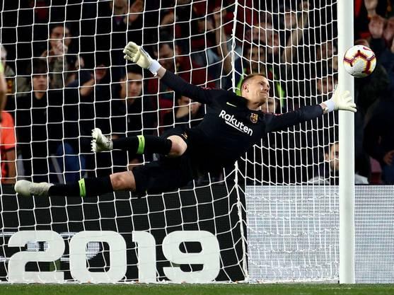 Marc-André ter Stegen fliegt durch die Luft und macht eine Chance des Gegners zunichte. In Barcelona ein gewohntes, in der Nationalmannschaft ein ungewohntes Bild.