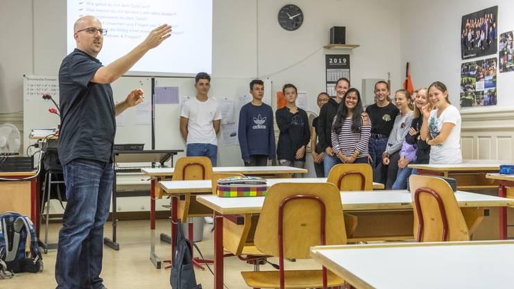 Jugendarbeiter Oliver Rüegger bringt den Bezirksschülern bei, ein Budget zu erstellen.