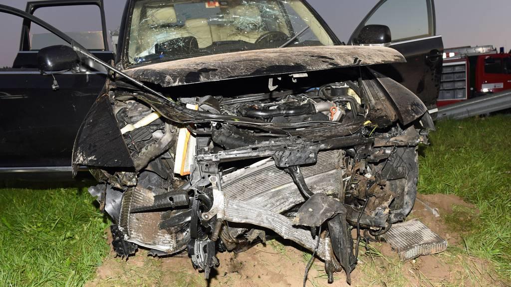 Auto landet in Bach - zwei Personen verletzt, Auto mit Totalschaden