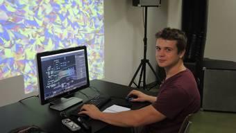 Andrin Rehmann testet sein audiovisuelles Programm für die Ausstellung.