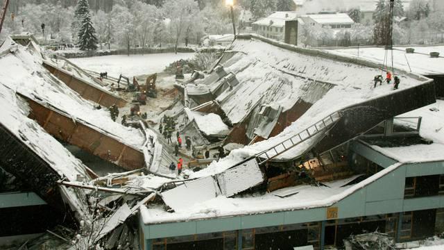Rettungskraefte arbeiten am 3. Januar 2006 in der eingestürzten Eissporthalle (Archiv)