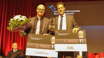 Die beiden Gewinner von der letzten Ausgabe im Jahr 2014: Vladimir Cmiljanovic (rechts), CEO von Piqur, mit dem ersten Preis und Mimedis-Chef Ralf Schuhmacher, der im Congress Center in Basel den zweiten Preis entgegennehmen durfte. (Archiv)