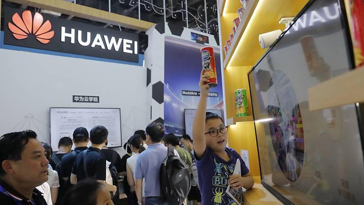 Der chinesische Telekomm-Riese Huawei hat schwere Vorwürfe gegen die US-Regierung erhoben. Danach sollen die Justizbehörden versucht haben Huawei-Mitarbeiter zur Kooperation gegen den Konzern zu bewegen. (Foto: Wu Hong/EPA)