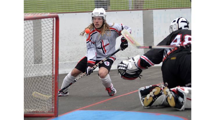 Der Bettlacher Fredi Maeder versuchts auf dem Weg hinter Marignys Goalie Adrien Mottiez.