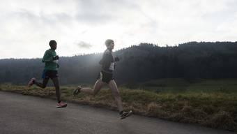 Zwei Läufer im Einsatz am Dietiker Neujahrslauf.