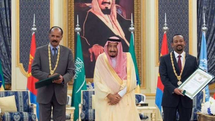 Der eritreische Präsident Isaias Afwerki (l) und der äthiopische Premierminister Abiy Ahmed haben in Dschidda im Beisein des saudischen Königs Salman einen Freundschaftsvertrag unterzeichnet.