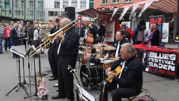 Die Wynavalley Old Time Jazzband interpretiert den SARATOGA SWING auf dem Schlossbergplatz.