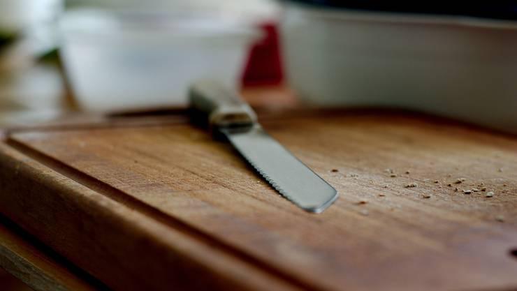 Der Sohn griff sich in der Küche ein Brotmesser und stach damit auf den Vater ein. (Symbolbild)