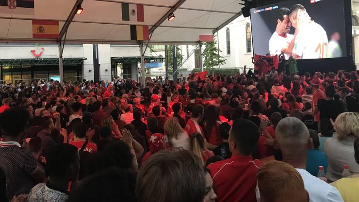 Begeisterung bei Schweizern und Albanern: Das ausgleichende Tor sorgt für einen Jubelsturm im Zelt.