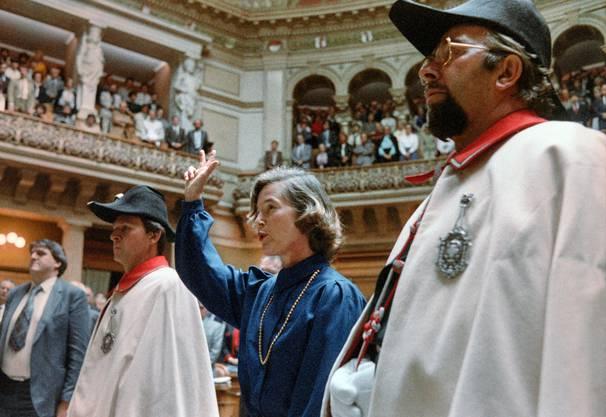 Die erste Bundesrätin: Elisabeth Kopp bei der Vereidigung am 2. Oktober 1984 im Nationalratssaal.