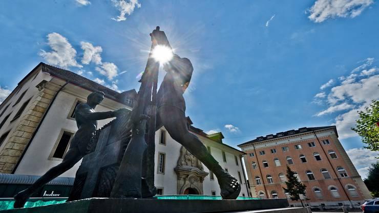 Bald nur noch eine Erinnerung an die Militärstadt? – Das Soldatendenkmal vor der Kaserne. (Archiv)