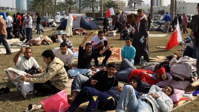 Protestierende in einem Vorort der Hauptstadt Manama legen eine Pause ein