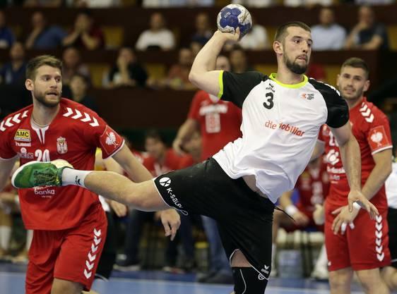 Lucas Meister setzt sich gegen die Serben durch.