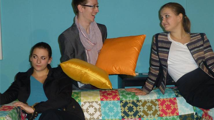 Mehr als eine «Kissenschlacht» (v.l.): Linda (Sophie Nyfeler), Designer Allistair (Christoph Stapfer) und Joanne (Sofia Meszaros).