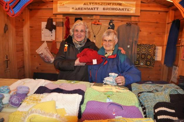 Charlotte Müller und Agnes Meyer verkaufen handgelismete Strickwaren