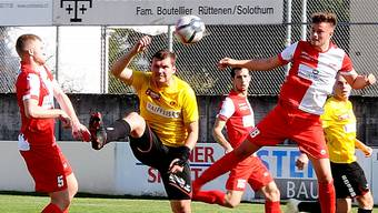 Robin Müller (rechts im Bild) klärt beim 3:1-Heimsieg des FC Solothurn gegen den SC Goldau per Kopf.
