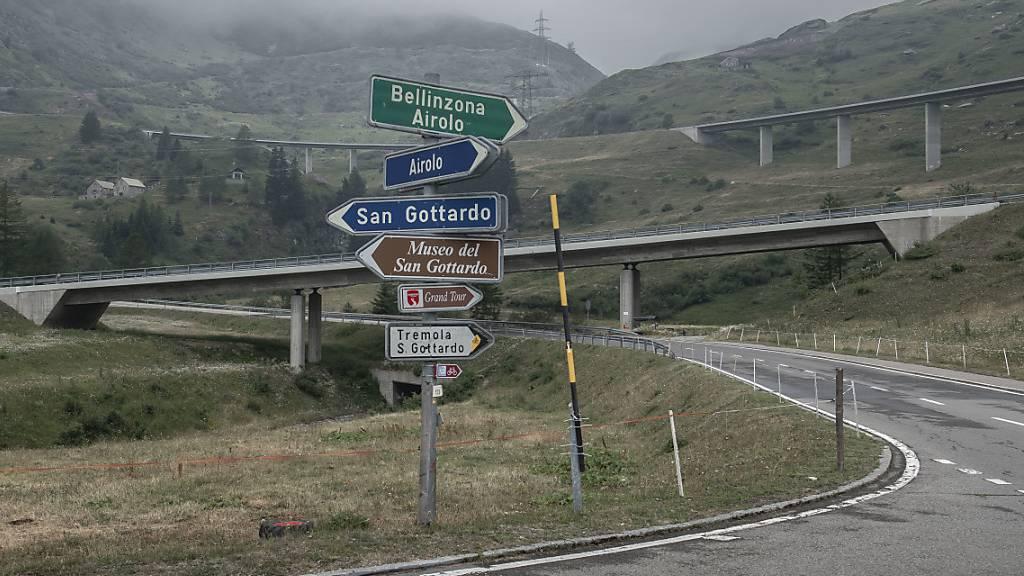 Strasse über den Gotthard-Pass in der Nacht gesperrt
