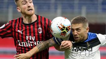 Milans Alexis Saelemaekers (links) gegen Alejandro Gomez von Atalanta Bergamo