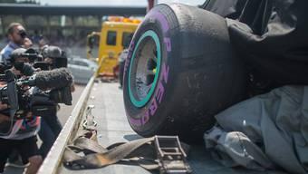 Das Mercedes-Wrack von Nico Rosberg wird abtransportiert