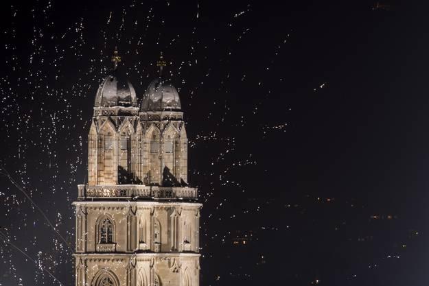 Feuerwerk erhellt den Himmel über Zürich.