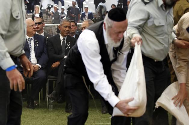 Ultra-Orthodoxer streut Sand ins Grab von Peres