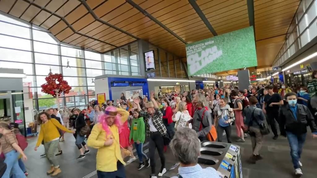 Flashmob: Massnahmen-Kritiker tanzen am Bahnhof Basel