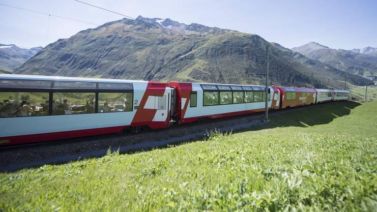 Der Glacier-Express auf der Fahrt zwischen Andermatt und dem Oberalppass.