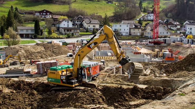 Der Hang in der Baugrube wird nun zusätzlich gesichert.