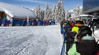 Der Schneefall in den vergangenen Tagen brachte auch in den Skigebieten viel Neuschnee. Um davon zu profitieren stürmen viele die Skigebiete und stehen Schlangen.