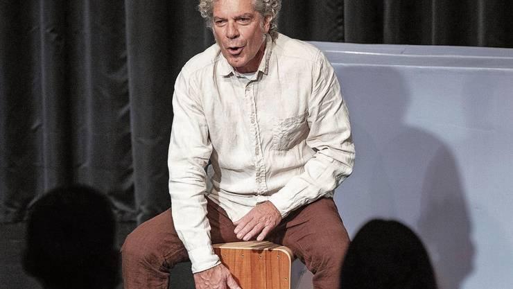 Christoph Schwager schlägt die peruanische Kistentrommel.