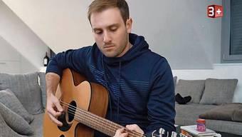 Luca Affolter fühlt sich eins mit seinem Instrument. Im heimischen Wohnzimmer bereitet er sich auf den Auftritt bei «The Voice» vor.