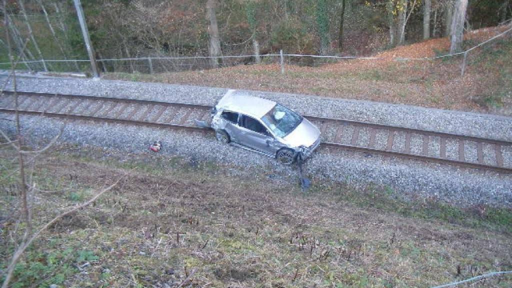 Nachdem er die Kontrolle verloren hatte, landete ein 20-jähriger Autofahrer auf den Gleisen zwischen Pensier und Courtepin FR.