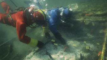 Ein Unesco-Abkommen soll Pfahlbauten in der Schweiz schützen - ebenso wie Unterwasser-Kulturgüter weltweit. So möchte es der Bundesrat. Im Bild Forschungsarbeiten an einer Siedlung im Kanton Zürich. (Archivbild)