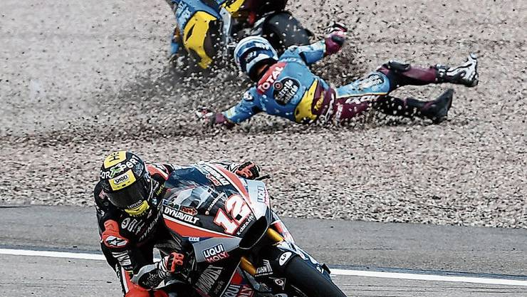 Der Aufreger am GP von Sachsenring: Nach einer Berührung mit Tom Lüthi (vorne) stürzt der Spanier Xavi Vierge. Bild: Filip Singer/Keystone (Hohenstein-Ernstthal, 7. Juli 2019)