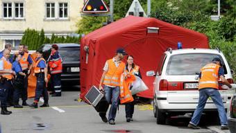 Die Polizei sichert den Tatort in Pfäffikon am 15. August 2011.