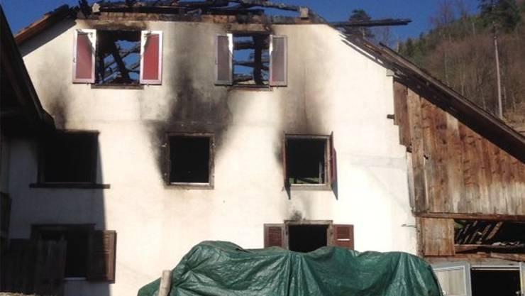 Traurige Bilder: Das in Flammen stehende und abgebrannte Wohnhaus des Windentalhofes.