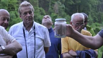 Pepe Lienhard und die anderen Exkursionsteilnehmer sind von der Natur, besonders aber von den Vögeln und Amphibien vor Ort begeistert. AW